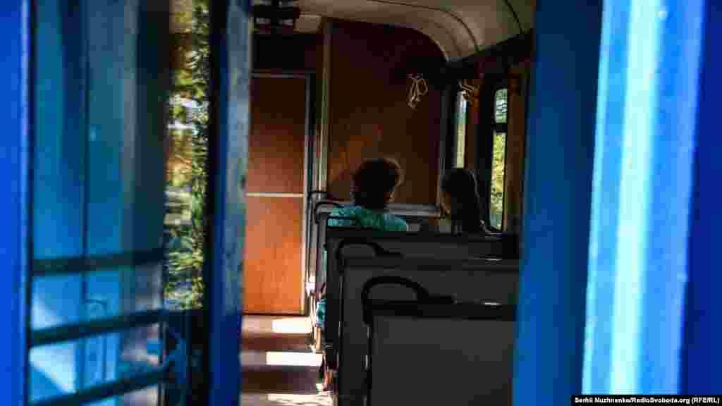 Перші ранкові пасажири вузькоколійки. Зараз регулярні пасажирські перевезення здійснюються між станціями «Хмільник» – «Виноградово» декілька разів на тиждень