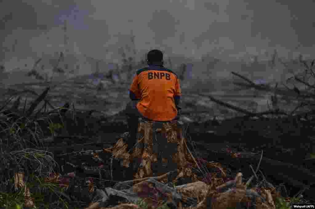 An Indonesian firefighter rests after battling a forest blaze in Kampar, Riau. (AFP/Wahyudi)