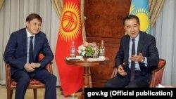 Қазақстан премьер-министрі Бақытжан Сағынтаев (оң жақта) пен Қырғызстан премьері Сапар Исаков екі ел делегациясымен бірге отыр. Ереван, Армения, 24 қазан 2017 жыл.