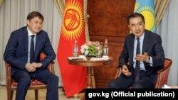 Премьер-министр Казахстана Бакытжан Сагинтаев (справа) и премьер-министр Кыргызстана Сапар Исаков. Ереван, 24 октября 2017 года.