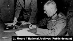 Фельдмаршал Вільгельм Кейтель, підписує ратифіковані умови капітуляції німецької армії