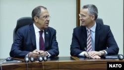 Сергій Лавров (л) і Єнс Столтенберґ (п) під час зустрічі у Брюсселі, 19 травня 2015 року