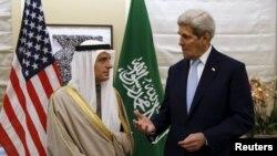 Adel al-Jubeir (majtas) dhe John Kerry gjatë një takimi të tyre në Londër