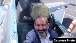 Nikol Pashinian Su-30 qırıcısının kabinəsində