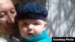Болат Амиров с внуком. Фото из семейного альбома.