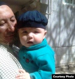 Болат Амиров с внуком.
