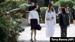Меланія Трамп (у центрі) та Акі Абе під час прогулянки японськими садами у Флориді