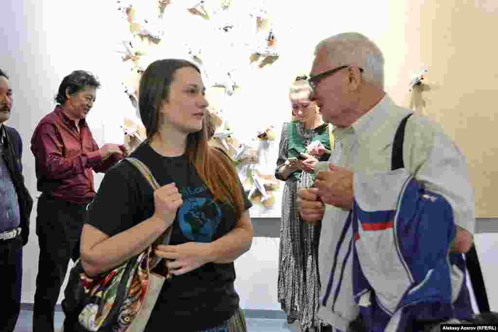 Выставка Рашида Нурекеева вызвала большой интерес у любителей и представителей современного искусства. На ней можно было встретить и других художников, работающих в этом направлении. На этом фото – алматинские художники Катя Никонорова и Георгий Трякин-Бухаров.