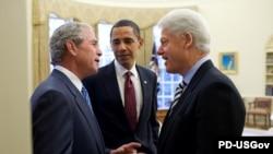 بیل کلینتون (راست) همراه با جرج بوش (چپ) به خبر کشته شدن اسامه بن لادن واکنش نشان داده و آن را «اجرای عدالت» توصیف کردند.
