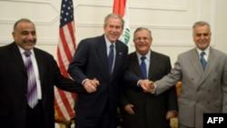 جرج بوش در دیدار با جلال طالبانی، رییس جمهوری عراق و دو معاون او. (عکس: AFP)