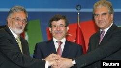 Даутоглу Пакстан тышкы эшләр министры Мәхмүт Курәши (с) һәм Әфганстан тышкы эшләр министры Залмай Расул (у) белән очрашты