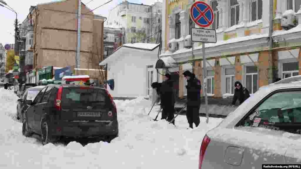 Поділ. Курсанти міліції відкопують вхід по суду