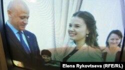 Мэр Одессы Геннадий Труханов награждает юных экологов (кадр из одесского телерепортажа)
