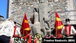 """Положување цвеќе пред Споменикот на слободата """"Сила, слава и победа"""" на скопското Кале по повод Илинден"""