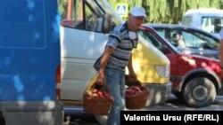 Moldova - Cimișlia, market, people with mask or not, coronavirus