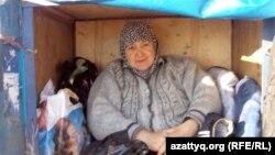 Мәрия Тахирова ері Әбсаттар Ормановтың қолдан құрастырған көлігінде отыр. Ақтөбе, 26 қыркүйек 2012 жыл.