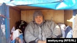 Cупруга Абсаттара Орманова Мария Тахирова в кузове самодельного транспорта. Актобе, 26 сентября 2012 года.