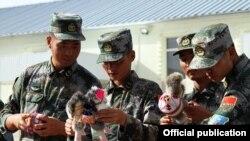 Кыргыздардын улуттук оюнчуктарын кармаган кытайлык жоокерлер. 15-сентябрь, 2016-жыл.