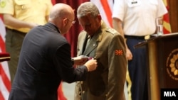 """Американскиот амбасадор Филип Рикер го одликува началникот на ГШ на АРМ, генерал полковник Мирослав Стојановски со орденот """"Легија на заслуги"""" од Министерството за одбрана на САД"""