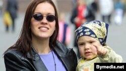 Молодым мамам помогают деньгами, нянями и даже режимом работы