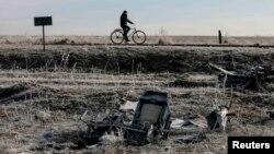 Чоловік їде на велосипеді біля уламків MH17, архівне фото