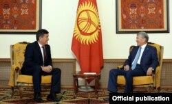 Президент Алмазбек Атамбаев жана жаңы шайланган президент Сооронбай Жээнбеков.