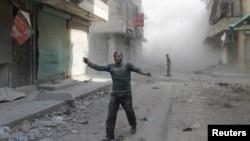 В пригородах Алеппо – через несколько минут после авианалета, 16 апреля 2014 г.