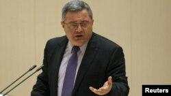 Рақымшылық заңына қол қойған парламент спикері Давит Усупашвили. Кутаиси, 21 қазан 2012 жыл.