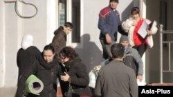Душанбедегі аурухана алдындағы адамдар. Көрнекі сурет.