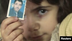 Devojčica iz Palestine sa fotografijom nestalog rođaka - iz arhive