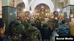 Российские военные в храме Андрея Первозванного в Керчи, 1 марта 2014 года. Фото опубликовано в Facebook пользователем «Константин Ходаковский»