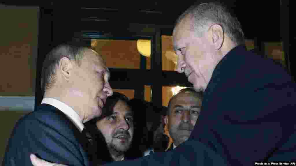 БЕЛГИЈА - Земјите членки на Европската унија условно го поздравија руско-турскиот договор за прекин на огнот во Сирија, но побараа од страните да дозволат поголем проток на хуманитарна помош.