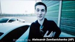 Youtube арнада сөйлеп тұрған Евгений Никулин.