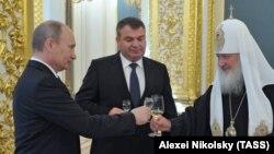 Анатолий Сердюков (в центре)