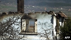 Spaljena kuća u srpskom selu Svinjare, mart 2004.