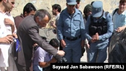 کابل: افغان پولیس د وژل شوي ځانمرګي برید کوونکي له مړي سره. د ۲۰۱۱ز کال د جون اتلسمه