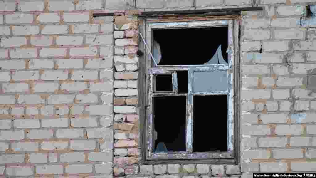 Так виглядає чимало вікон Донбасу на лінії розмежування