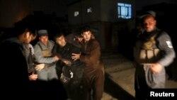 Поліція виносить пораненого внаслідок вибуху в Кабулі, 1 січня 2016 року