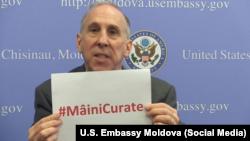 Ambasadorul James Pettit vorbind despre corupție la Chișinău