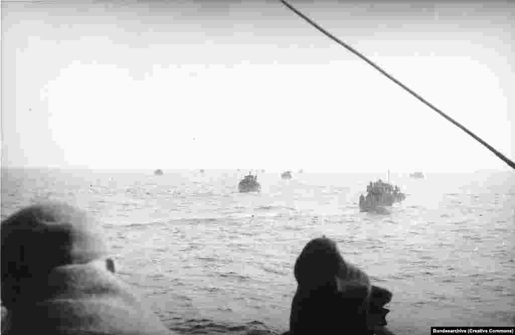 """След настъпването на Червената армия в началото на 1945 г. започва евакуация с лодки в Балтийско море. Параход, наречен """"Карлсруе"""", е един от 158-те плавателни съда, потопени по време на масивната морска евакуация. Известно е, че към момента на потъването си корабът е превозвал 1058 души и голям товар."""