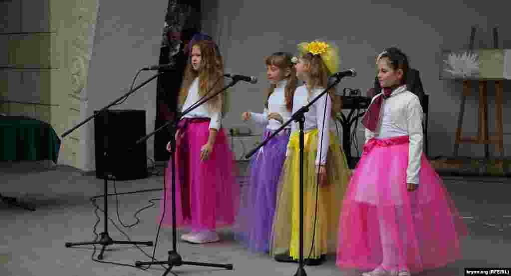 Концерт: виступають юні «хризантемки»