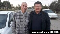 Өзбек журналисі Солиджон Абдурахмоновтың (сол жақта) түрмеден босап шыққан сәті