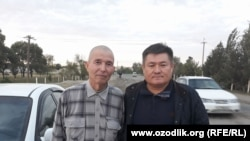 Узбекский журналист Солиджон Абдурахманов (слева) после выхода из тюрьмы.