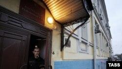 Вхід до Басманного суду, Москва