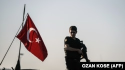 Сотрудник полиции в Стамбуле. Иллюстративное фото.
