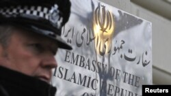 Лондондағы Иран елшілігі жанында тұрған полиция қызметкері. 2 желтоқсан 2011 жыл.