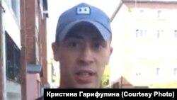 Этот человек, по словам волонтёров кандидата в думу Иркутска, отобрал у них листовки