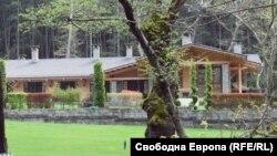 """Къщата за гости на Александър Манолев, от която тръгна скандалът """"Къщи за тъщи"""""""