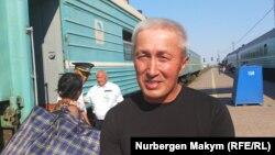 45-летний гражданский активист из города Актау Абловас Джумаев на перроне вокзала по пути домой после выхода из колонии в городе Атырау. 29 июля 2019 года.