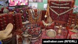 Türkmen bedewine bagyşlanyp Aşgabatda gurnalan sergiden käbir milli ekponatlar. Aşgabat 26-njy aprel, 2013.